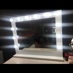 Hollywood lights vanity mirror